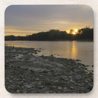 Beau lever de soleil de rivière sous-bock