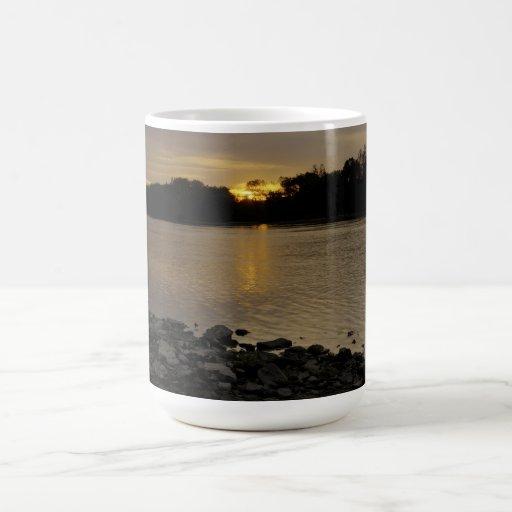 Beau lever de soleil de rivière mugs