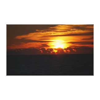 Beau lever de soleil nuageux au-dessus de l'océan impressions sur toile