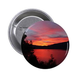 Beau lever de soleil rouge au-dessus d un lac badges