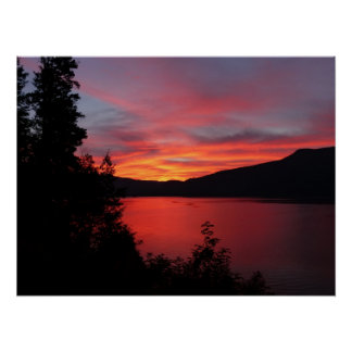 Beau lever de soleil rouge au-dessus d'un lac