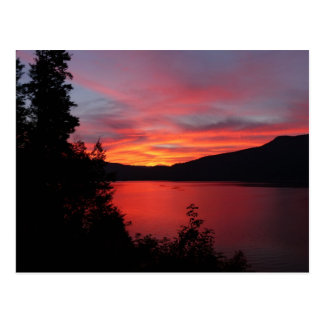Beau lever de soleil rouge au-dessus d'un lac carte postale