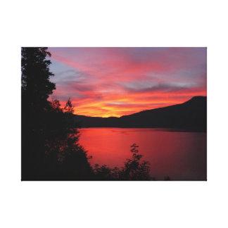 Beau lever de soleil rouge au-dessus d'un lac toile tendue