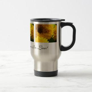 Beaux tournesols de tasse de café de belle-fille
