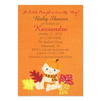 Bébé mignon d'automne/automne s'asseyant dans carton d'invitation  12,7 cm x 17,78 cm