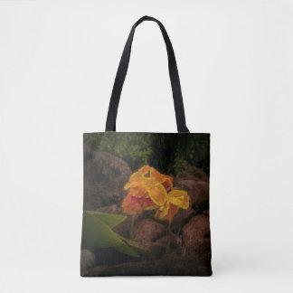 Belle fleur de jaune et d'or sur le sac
