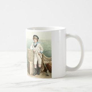 Belle illustration vintage de garçon de marin sur mug blanc