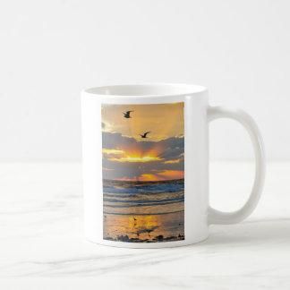 Belle tasse de paysage de lever de soleil de plage