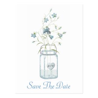 Bells bleues dans un mariage de pot de maçon font carte postale