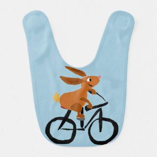 Bicyclette drôle d'équitation de lapin bavoir de bébé