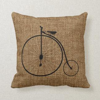 Bicyclette vintage de bicycle sur la toile de jute oreillers