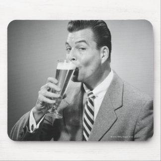 Bière potable d'homme d'affaires tapis de souris