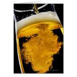 Bière versé dans le verre, tir de studio cartes