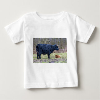 Black mother scottish highlander cow with calf baby T-Shirt