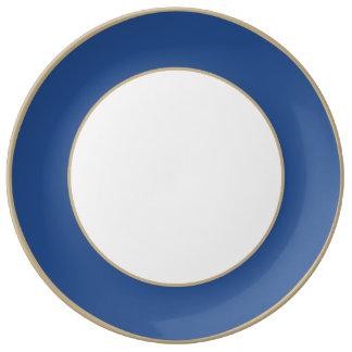 Bleu de delphinium dans un jardin anglais de pays assiette en porcelaine