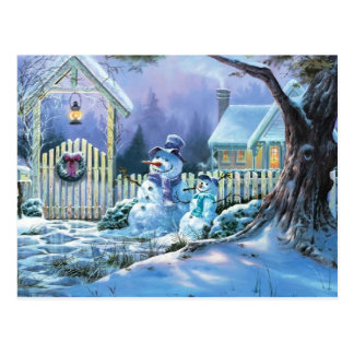 Bonhomme de neige d'hiver devant un cottage de carte postale