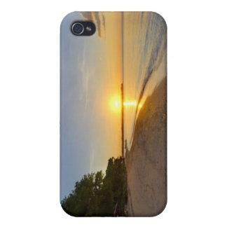 Boule d'or de Sun plaçant au-dessus de l'île tropi Étuis iPhone 4