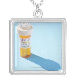 Bouteille de pilule complètement de médicament pendentifs