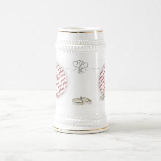 Cadre de mariage avec des anneaux chope à bière