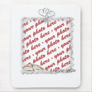Cadre de mariage avec des anneaux et des rubans tapis de souris