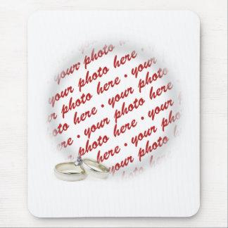 Cadre de mariage avec des anneaux tapis de souris