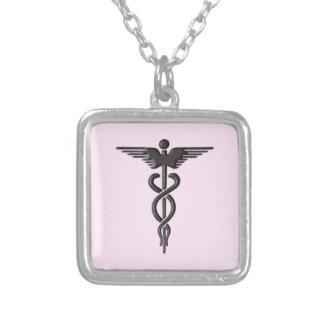 Caducée médical sur le rose collier
