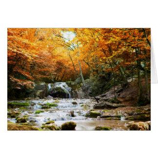 Carte de note de cascade de forêt d'automne