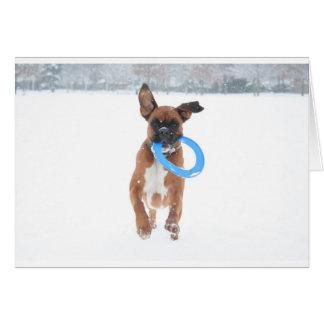 Carte Jolie jouant le frizbee dans la neige