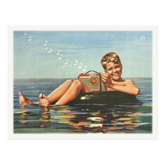 Carte postale avec le garçon vintage sur l'océan