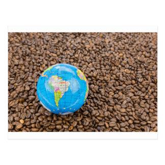 Carte Postale Beaucoup de grains de café entiers avec le globe