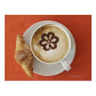 Carte Postale Cappuccino avec du chocolat et un croissant,