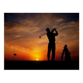 Carte postale de coucher du soleil de golfeur