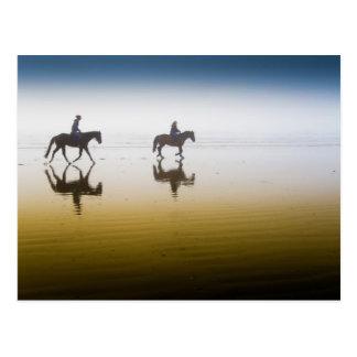 Carte Postale Deux cavaliers équestres sur la plage