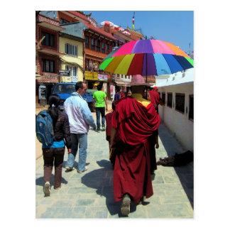 Carte Postale Moine tibétain avec le parapluie coloré