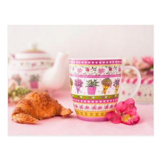 Carte Postale Tasse avec le thé, le croissant et la fleur