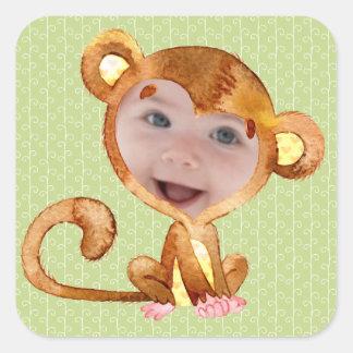 Chaque enfant dans un costume de singe sticker carré