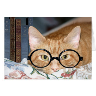 Chat avec des verres et des livres carte de vœux