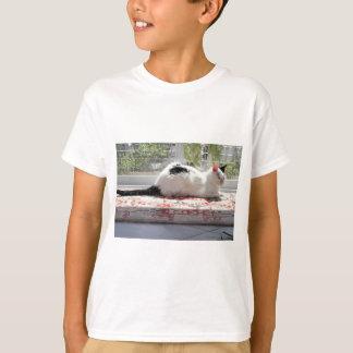 Chat de Kitty détendant dans une fenêtre T-shirt