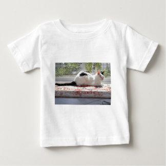 Chat de Kitty détendant dans une fenêtre T-shirt Pour Bébé