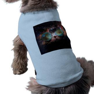 Chat frais de l'espace avec des verres de t-shirts pour chien