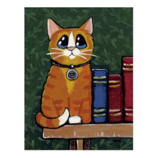 Chat tigré et livres de gingembre peignant la carte postale