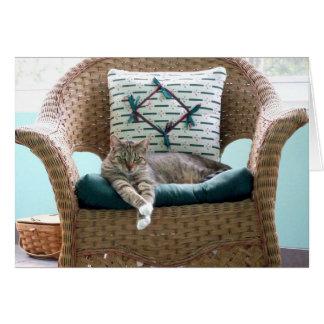 Chat tigré gris et blanc dans la chaise cartes de vœux