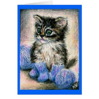 Chaton mignon dans la carte de note tricotée de