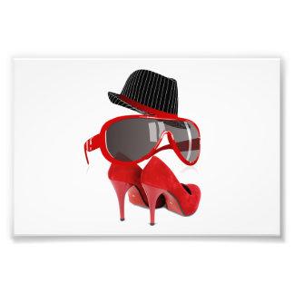 Chaussures et verres rouges de chapeau de dames de photo