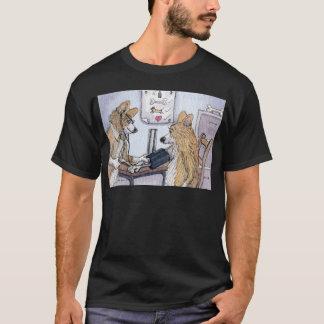 Chien de docteur Gallois Corgi vérifiant la T-shirt