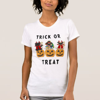Chiens de carlin de des bonbons ou un sort de t-shirt