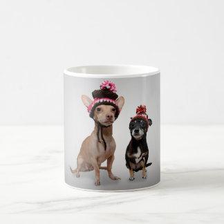 Chiens de chiwawa avec la photo de chapeaux mug