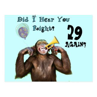 Chimpanzé drôle au-dessus du cadeau d'anniversaire carte postale