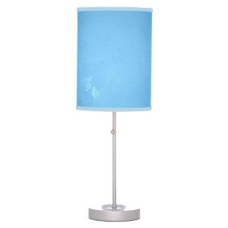 CIEL BLEU-CLAIR AVEC LA LAMPE DE TABLE D'ÉQUILIBRE