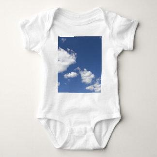 cielo  azul con nubes blancas baby bodysuit